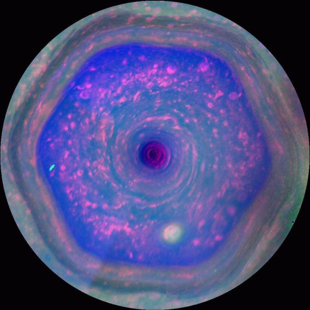 La tempête hexagonale de Saturne n'a rien de semblable dans le système solaire. Les vents fusent ...