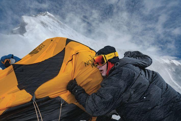 Poussé par des vents de la force d'un ouragan, Nick Kalisz s'accroche à une tente cassée, ...
