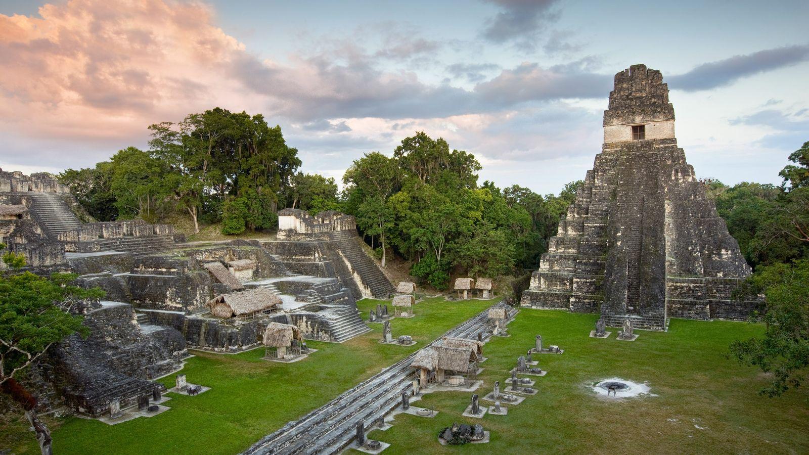 Le temple du grand jaguar, situé au centre de l'ancienne cité-État de Tikal, dans la région ...