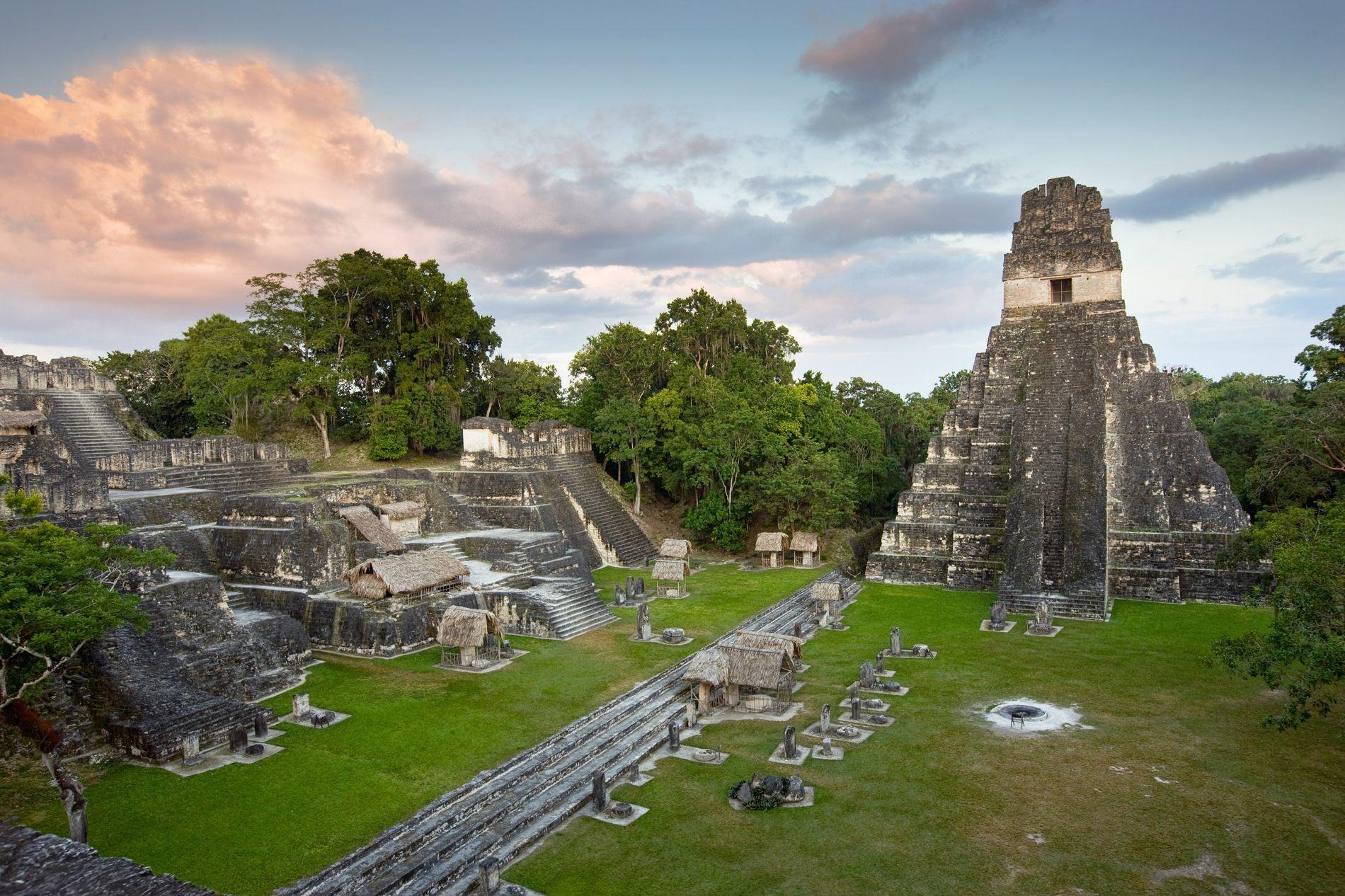 Le temple du grand jaguar, situé au centre de l'ancienne cité-État de Tikal, dans la région du Petén, au Guatemala. Tikal est située à environ 170 km de Piedras Negras, le plus important site archéologique maya du Guatemala, dont il est question dans l'article.