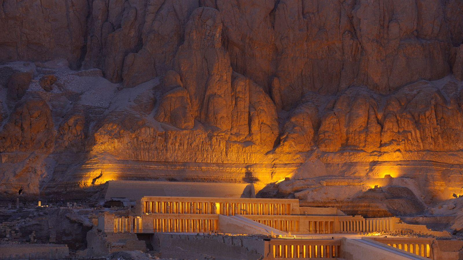 Le soleil se couche sur le Temple illuminé d'Hatchepsout.
