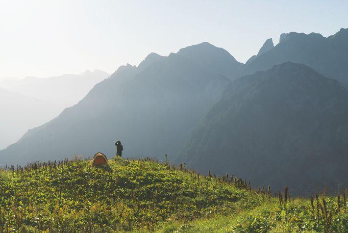 Le GR5, c'est aussi profiter de la sécurité d'une tente avec les montagnes en toile de ...