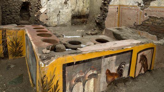 Un thermopolium, « snack-bar » antique, découvert intact à Pompéi