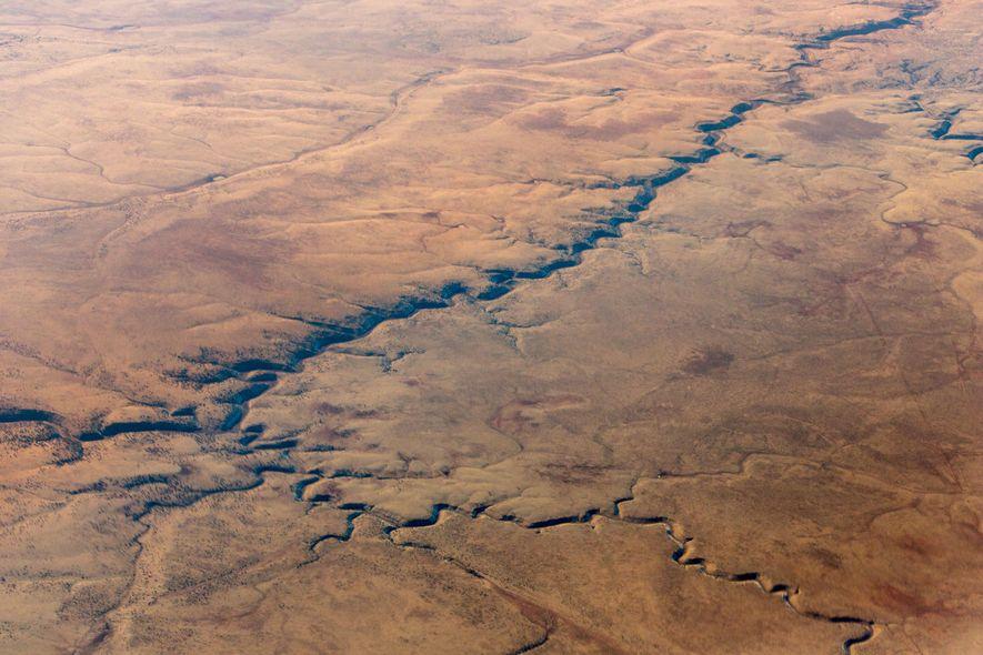 Le cours d'une rivière asséchée strie le désert Mojave, dans le sud-est de la Californie. Le ...
