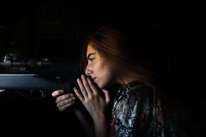 Grace Ingrande, 17 ans, attend le moment opportun pour tirer un cerf axis dans une hutte du ...