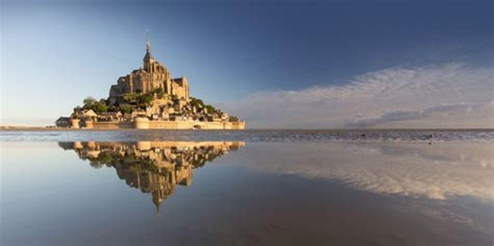 Survol du Mont Saint-Michel, joyau médiéval cerné par la mer