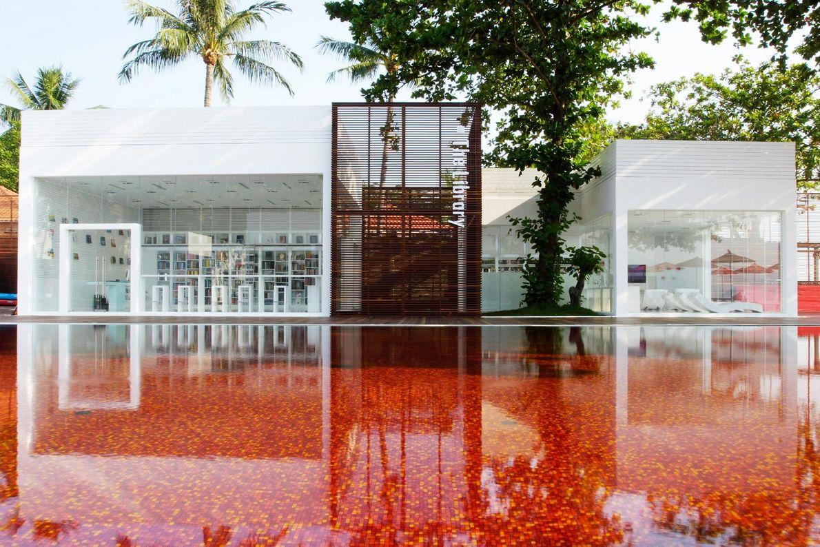 KOH SAMUI, THAÏLANDE - La piscine de l'hôtel The Library a choisi une mosaïque des plus ...