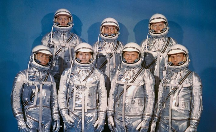 Les sept astronautes originellement sélectionnés en 1959 pour le programme Mercury. Première rangée, de gauche à droite : ...