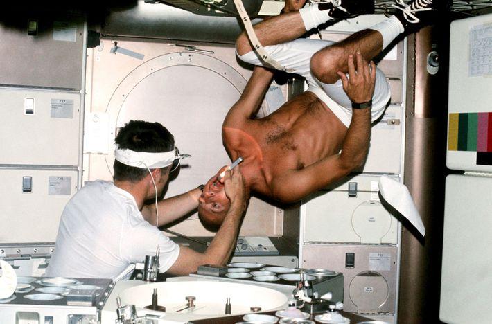 """L'astronaute de la NASA Charles """"Pete"""" Conrad, commandant de la mission Skylab 2, subit un examen ..."""