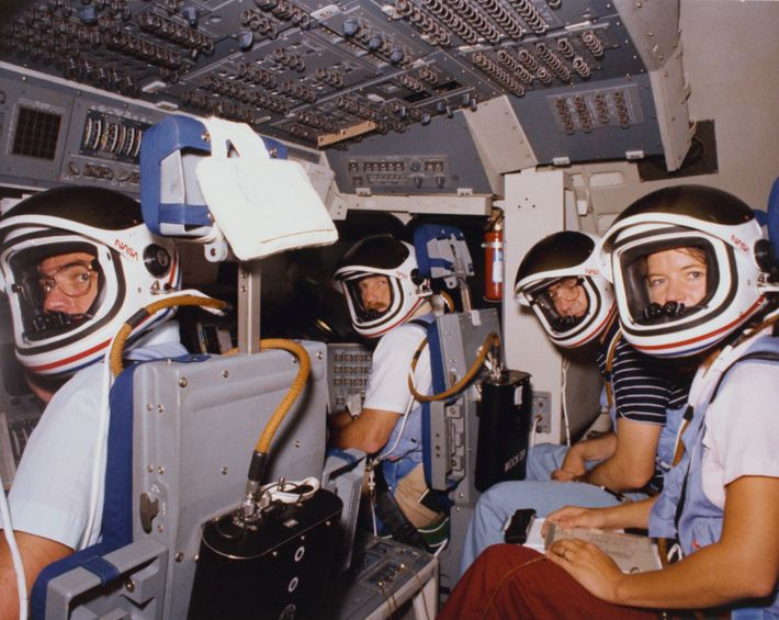 L'équipage du septième vol de la navette spatiale de la NASA, STS-7, s'entraîne dans le simulateur ...