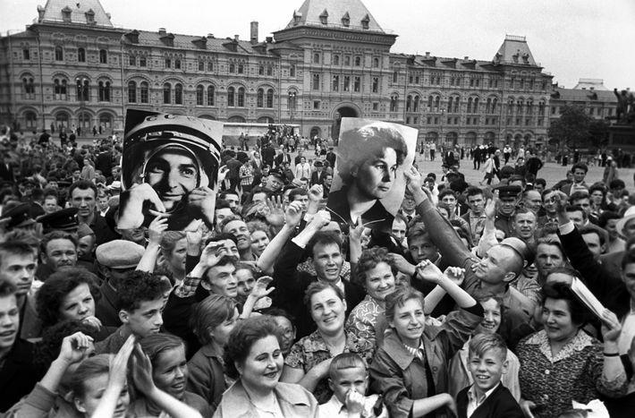 Une foule se réjouit sur la Place Rouge alors que Vostok 5 et Vostok 6 gravitent ...