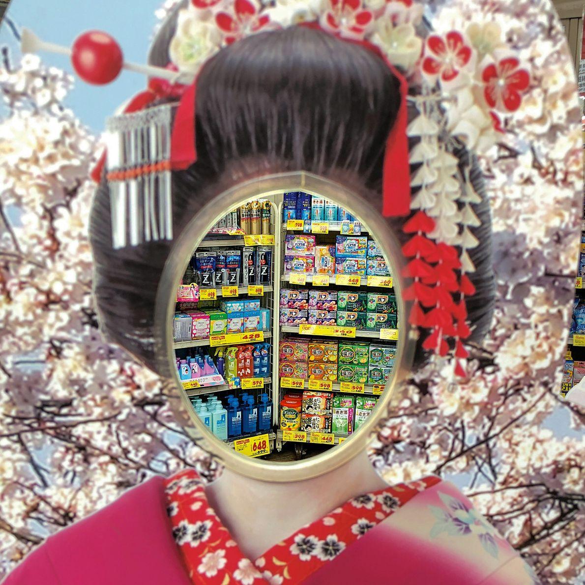 Devant une parapharmacie de Tokyo, un panneau passe-tête représentant une geisha en costume traditionnel attend le ...
