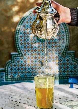 Le rite du thé à la menthe au Jardin des Biehn, un hôtel-boutique de Fès…