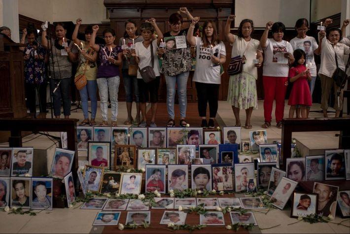 Des femmes, mères, veuves ou autres parents de victimes de cette guerre contre la drogue se ...