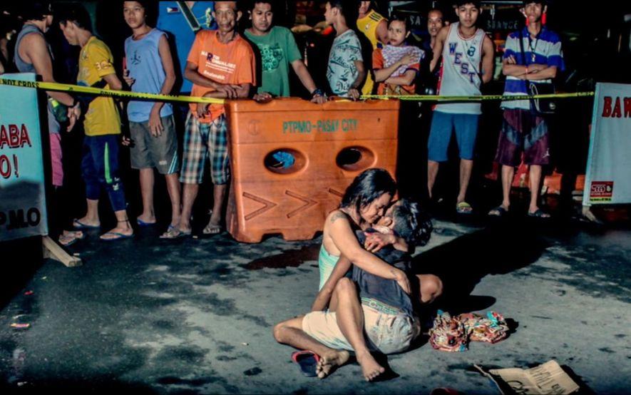 Une femme serre le corps sans vie de son partenaire sur une scène de crime de ...