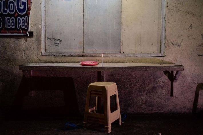 Cette bougie a été déposée à l'endroit où Alvin Jhon Mendoza, 23 ans, a été assassiné ...