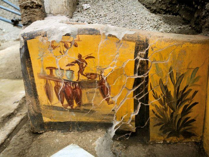 Une fresque, représentant un serveur, orne un thermopolium, un établissement de restauration rapide, dans la rue ...