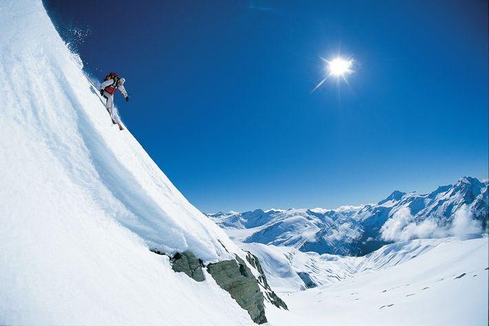 Après avoir été déposé en hélicoptère, ce skieur dévale les pentes du parc national du mont ...