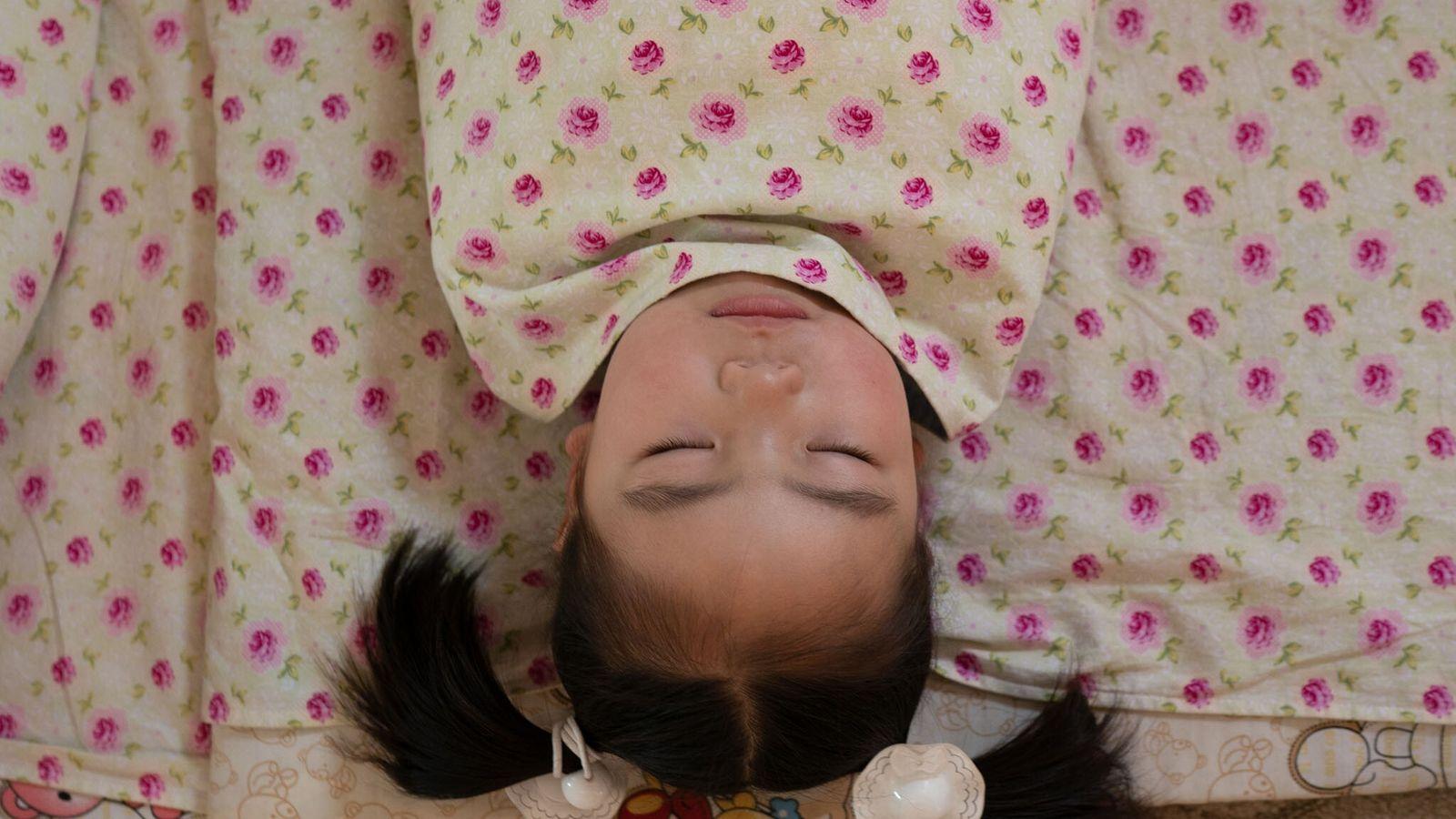 Une enfant emmaillotée dort à Oulan-Bator, en Mongolie.