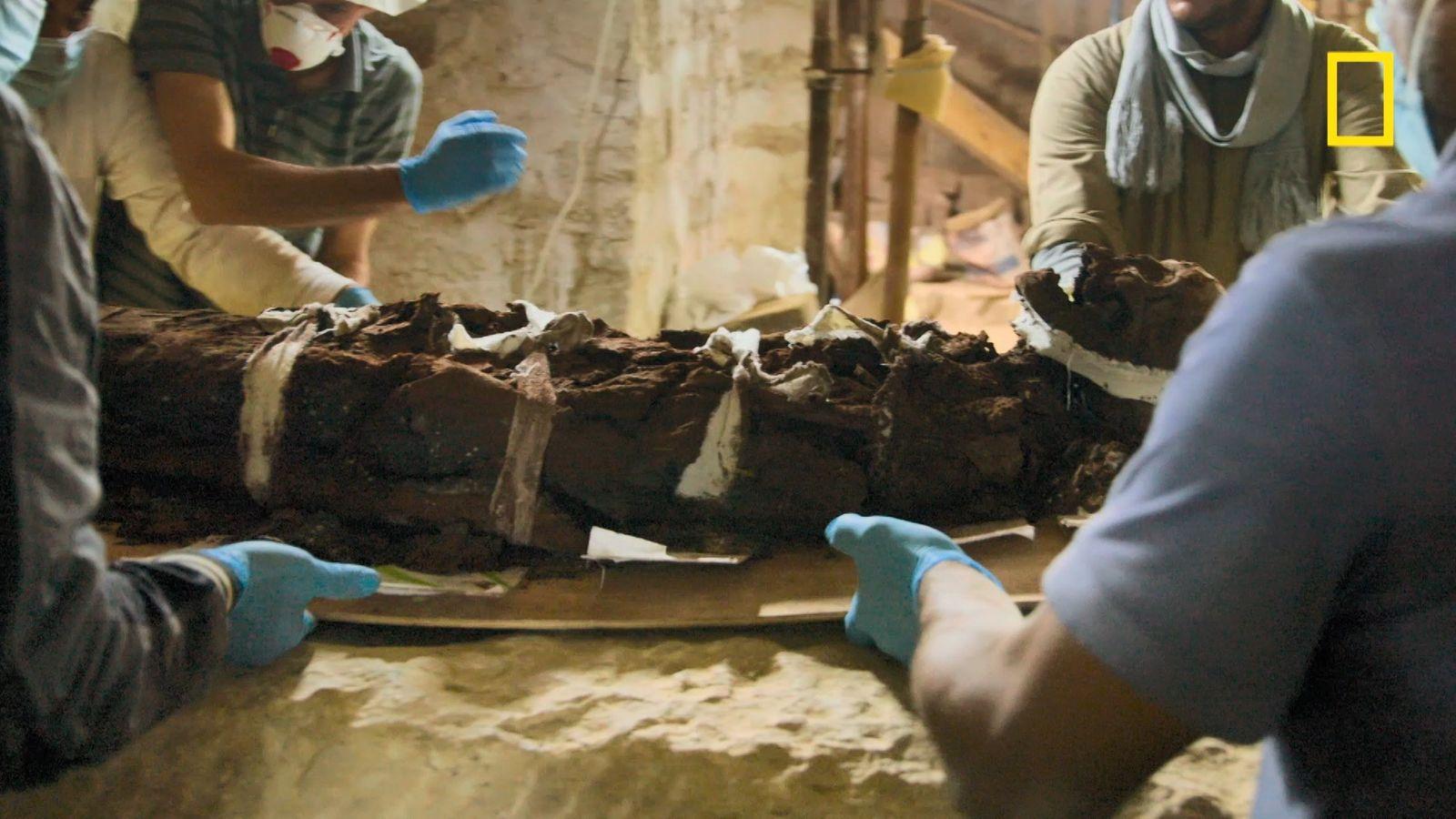 Comment extraire une momie de son sarcophage ?