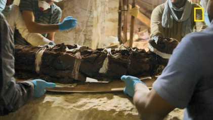 Vidéo : comment extraire une momie de son sarcophage ?
