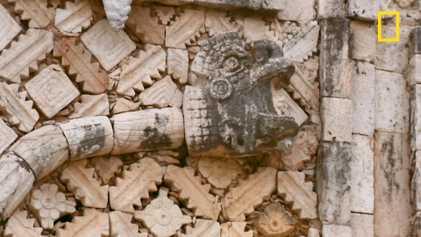 Que représentent ces deux serpents à plumes entrelacés ?