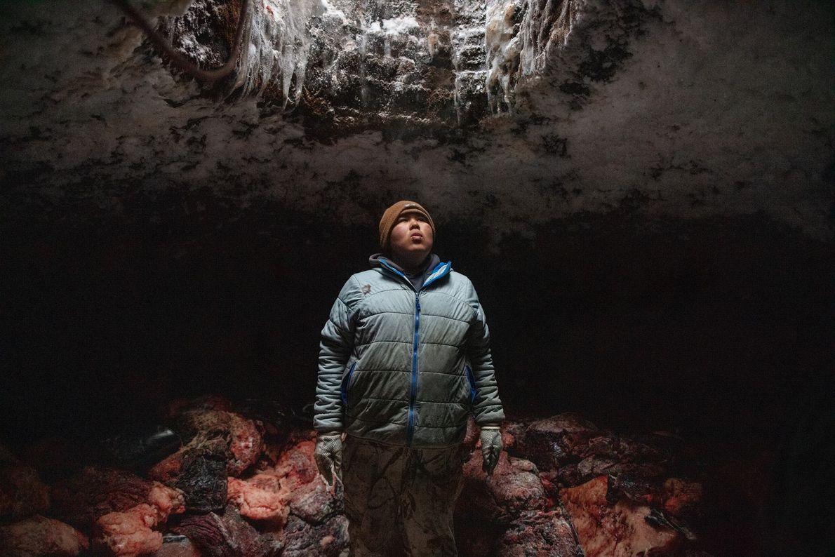 Josiah Olemaun est un jeune baleinier Iñupiat d'Utqiaġvik (Barrow) en Alaska. Sur cette image, il reprend ...