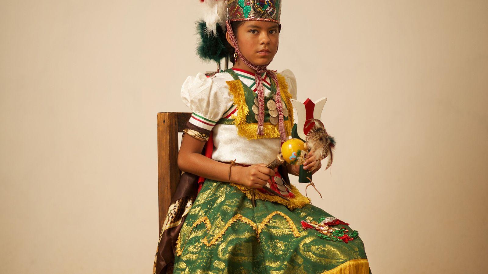 Cette petite fille incarne Malinche, une figure historique ayant aidé les Espagnols à communiquer avec les ...