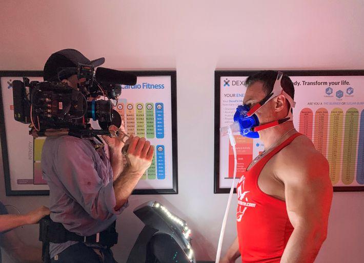 Face aux équipes de Mariana Van Zeller, Tony Huge procède à des tests physiques poussés en ...