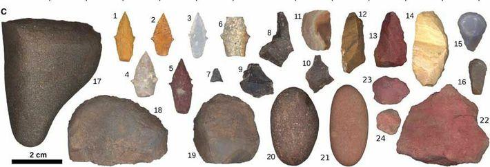 L'ensemble d'outils mis au jour dans la tombe se compose de pointes, de pierres lourdes pour ...