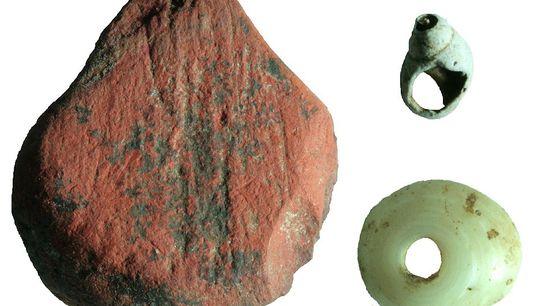 Découverte d'ocre rouge et de perles de coquillages dans la grotte de Fa-Hien Lena au Sri ...