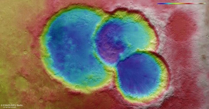Vue topographique du triplet de cratères sur Mars.