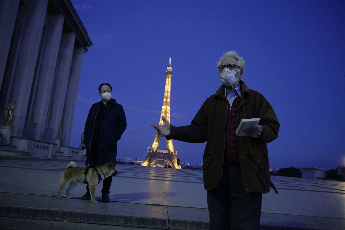 La poésie comme viatique. Paris, France.  La tour Eiffel éclaire le parvis des Droits de l'homme ...