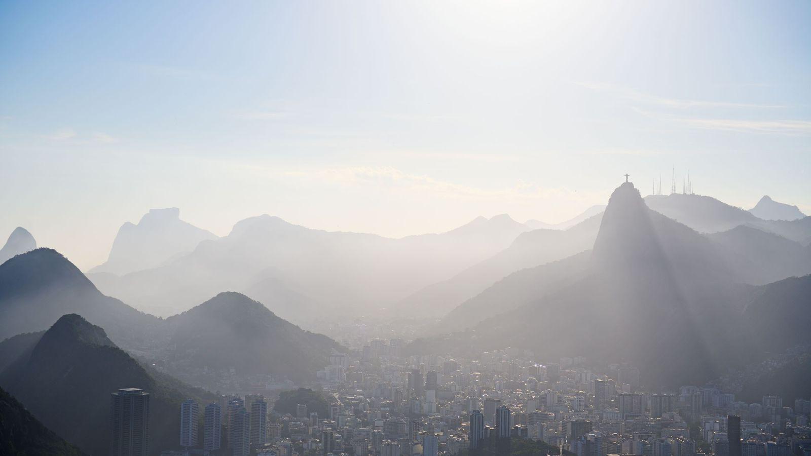 Étape 1 : le Brésil. Vue du sommet du Pain de Sucre, accessible via deux téléphériques, ...