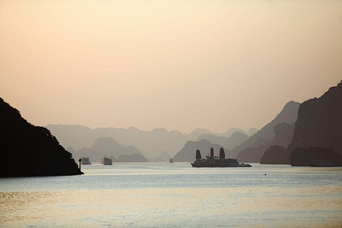 Étape  5 : le Viêt Nam. «Along» signifie «le dragon descend». Une légende veut qu'à ...