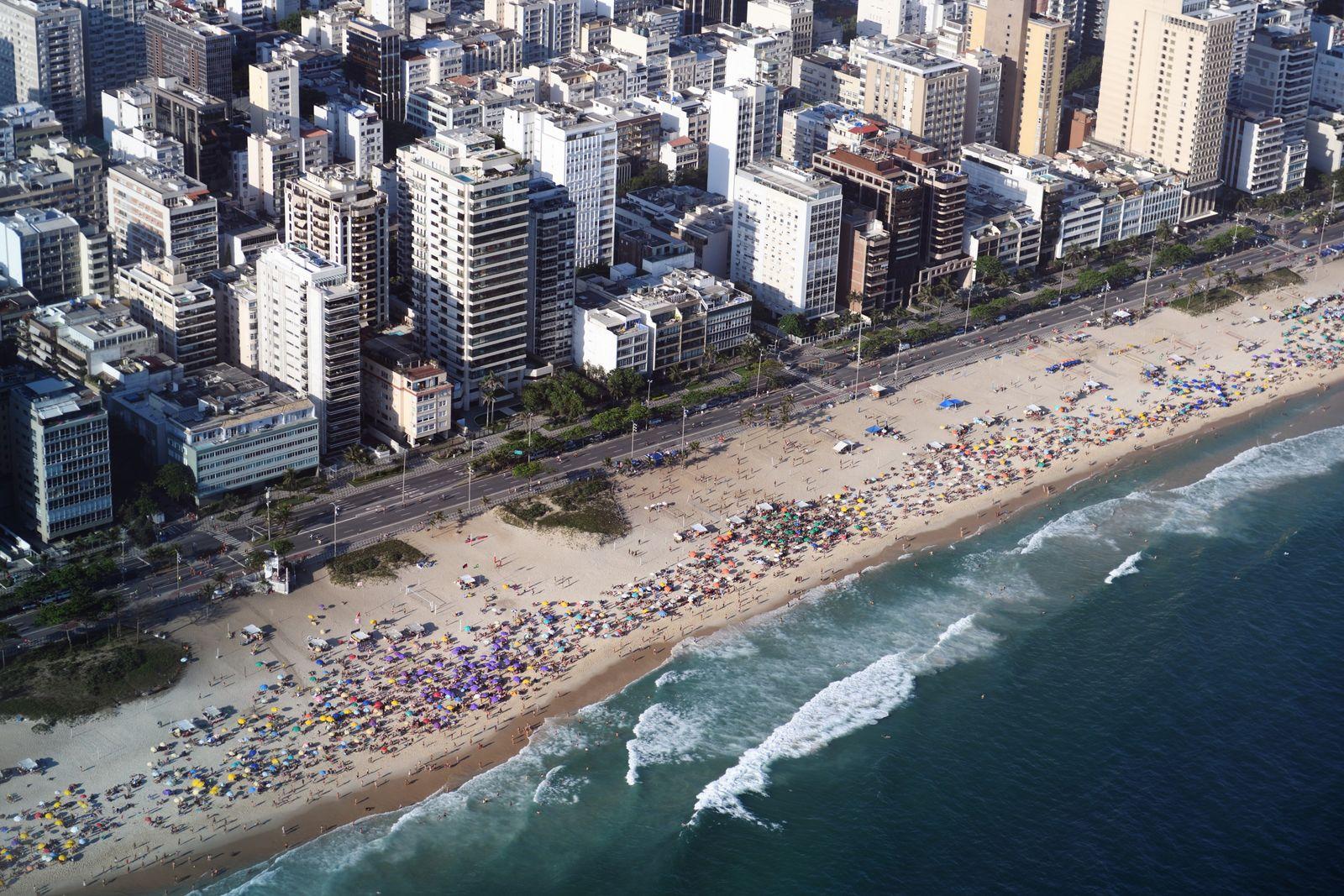 Le dimanche, les Cariocas investissent les plages de la ville très tôt le matin, pour y ...
