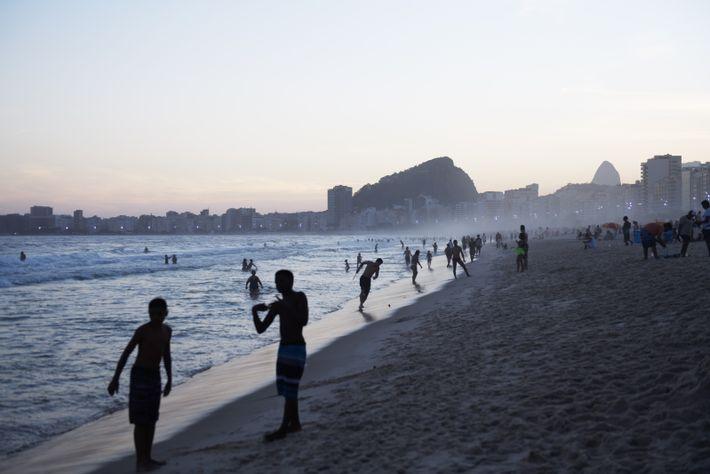 Les familles arrivent à l'aurore le dimanche matin sur la plage de Copacabana, lieu emblématique de ...