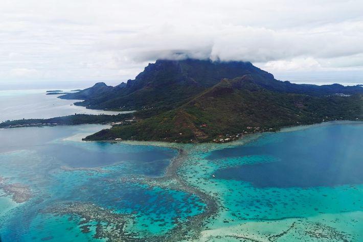 L'île de Bora Bora s'articule autour du luxuriant mont Otemanu, dont le nom signifie «la cime ...