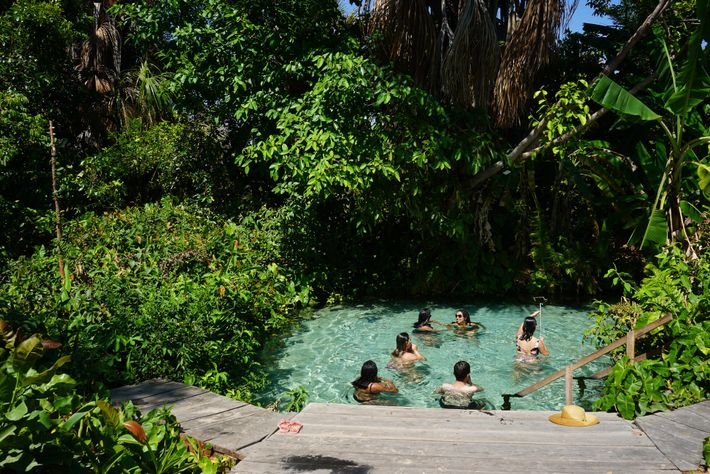 En limitant à 8 le nombre de baigneurs simultanés, le Fervedouro do Rio Sono échappe à l'encombrement.