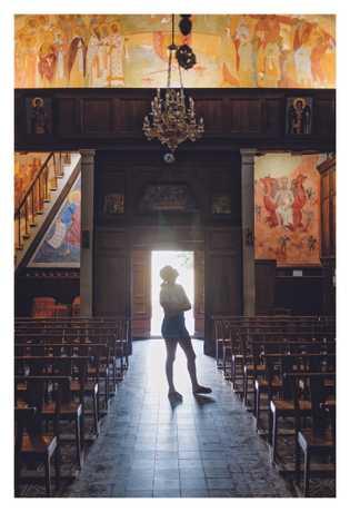 Une touriste admire les peintures du xixesiècle de Saint-Spyridon, une église orthodoxe fondée par des Grecs ...