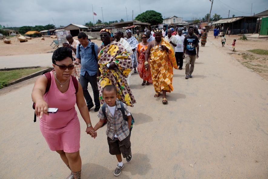 Des voyageurs marchent vers le Fort William, lors d'une excursion à Anomabo, au Ghana, pour visiter ce monument emblématique de la traite des esclaves.