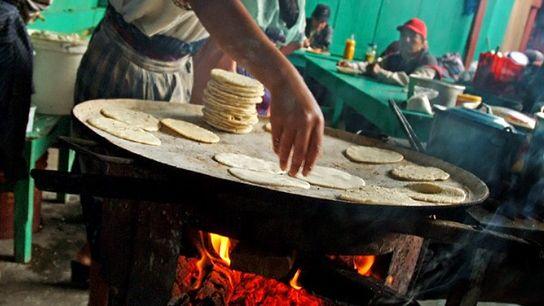 Cuisson des tortillas à Chichicastenango, au Guatemala