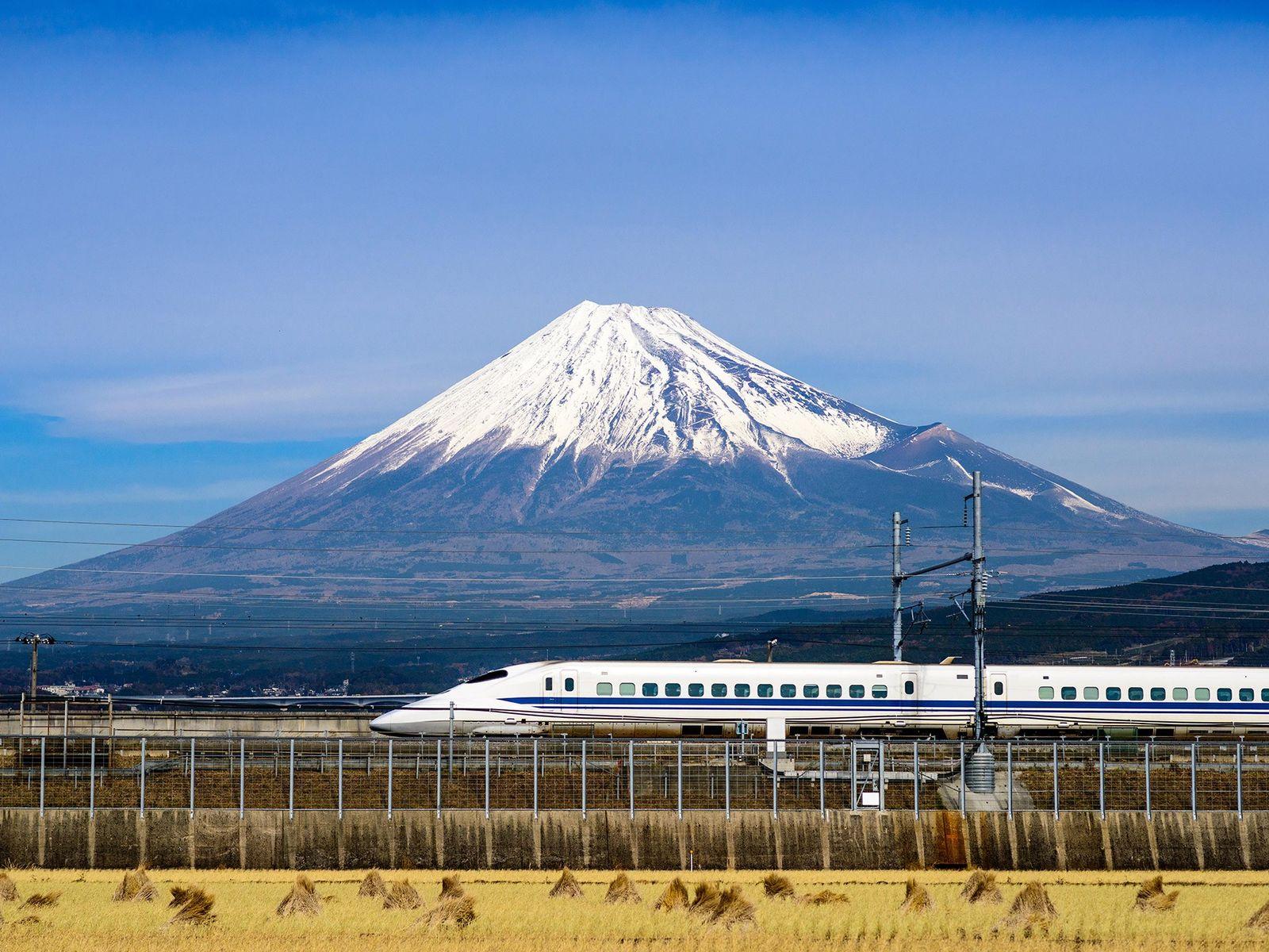Un Shinkansen passe devant le mont Fuji. Commandez un Japan Rail Pass avant votre visite afin ...