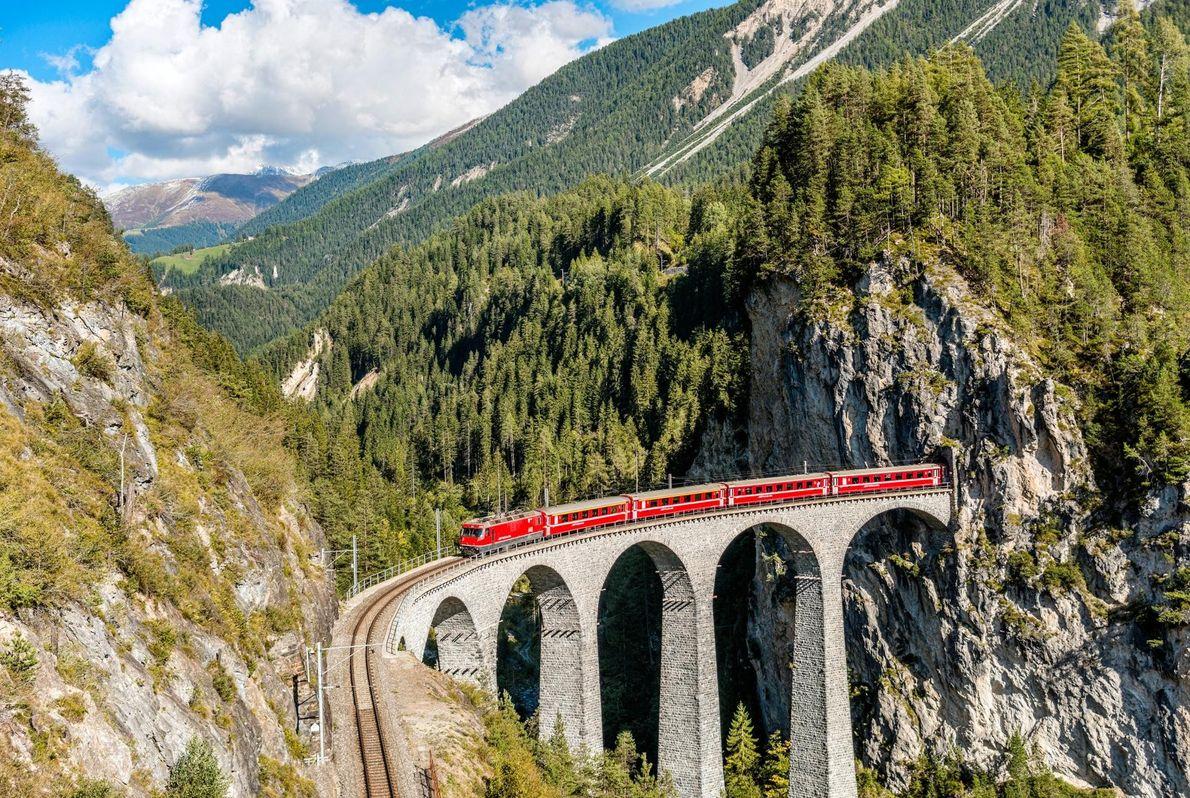 Le Glacier Express offre une expérience alpine en huit heures ponctuées de cimes enneigées, de prairies ...
