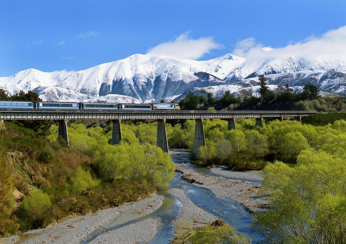 En Nouvelle-Zélande, le TranzAlpine relie Christchurch à Greymouth, filant le long du fleuve Waimakariri et à ...