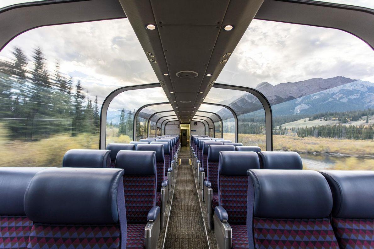 Embarquez à bord du train The Canadian, au sein duquel les passagers admirent pendant trois jours ...