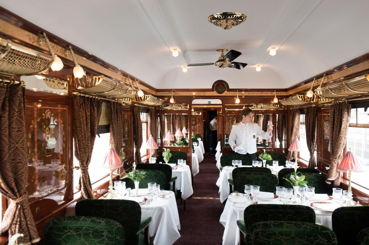 Le glamour du smoking est toujours de rigueur à bord du séculaire Orient Express. Reliant Londres ...