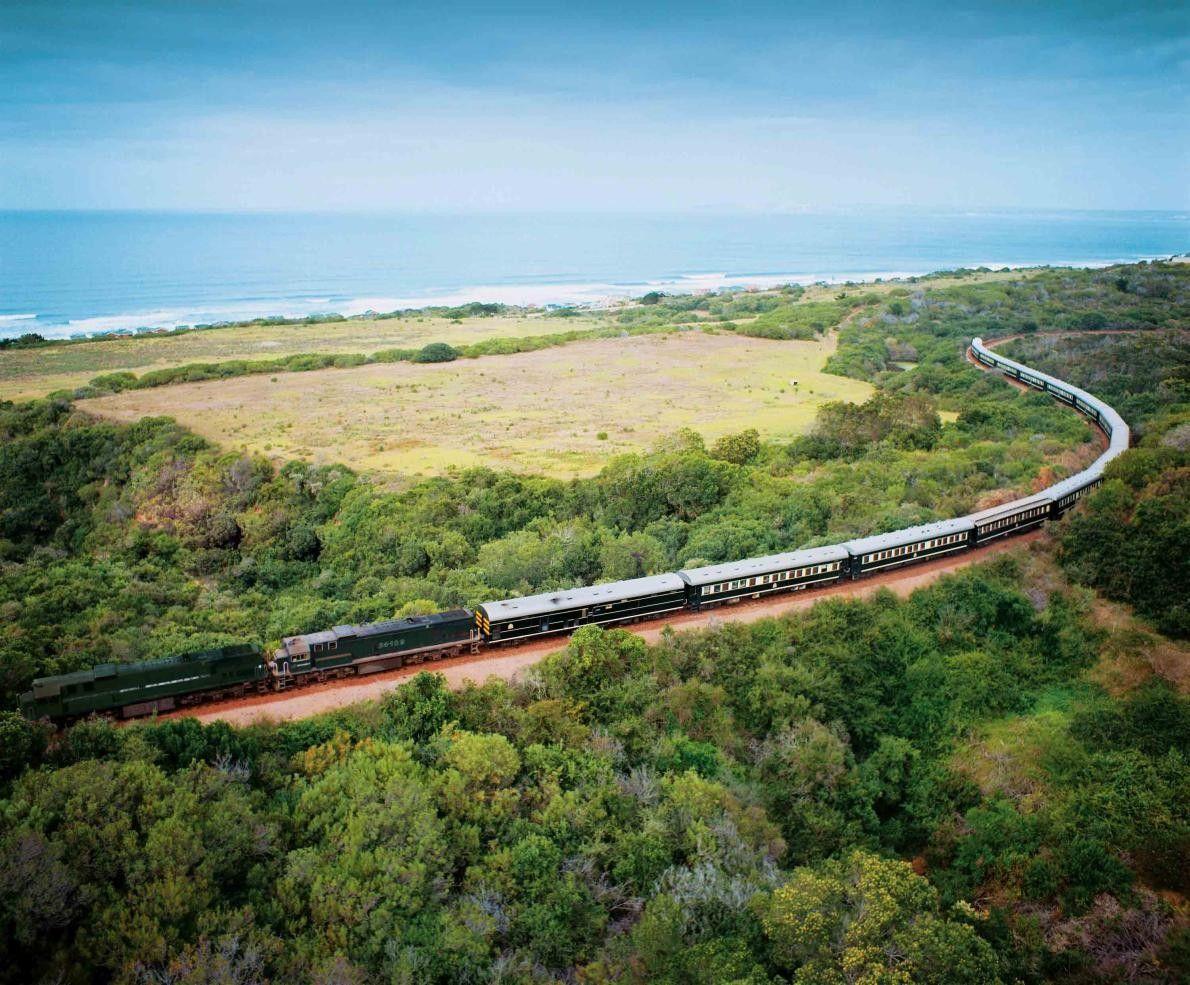 Le Shongololo Express combine un safari à un voyage en train luxueux à travers la Namibie, ...