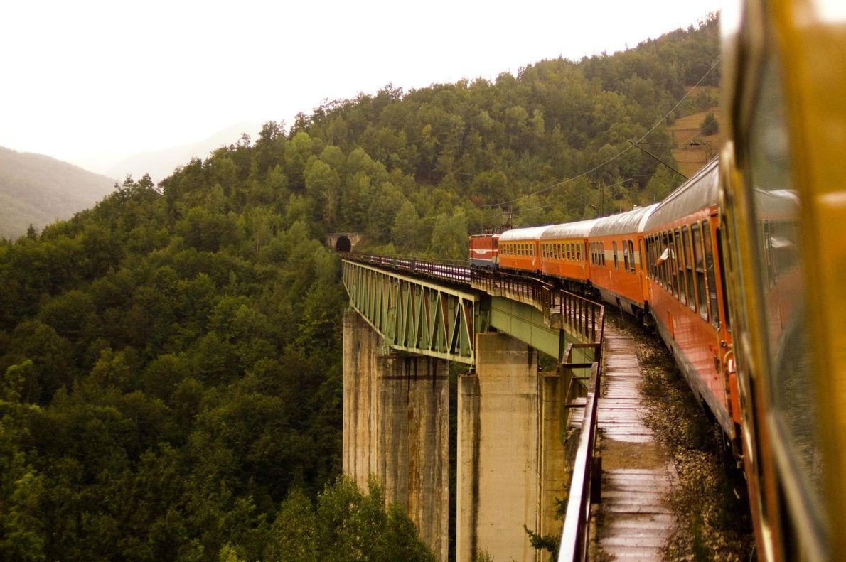 À bord du Belgrade to Bar, les voyageurs traversent 254 tunnels et 435 ponts lors d'un ...