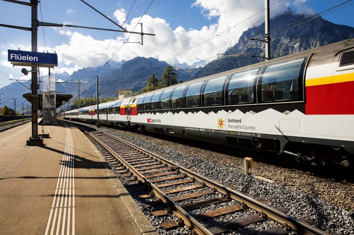 Les voyageurs à bord du Gotthard Panorama Express débutent leur périple par une traversée en bateau ...